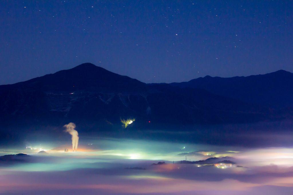 美の山雲海からセメント工場の煙と武甲山と星