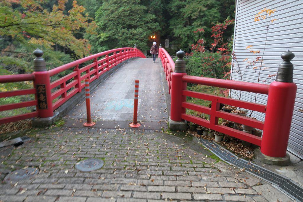 三峰神社へ向かう途中にある橋