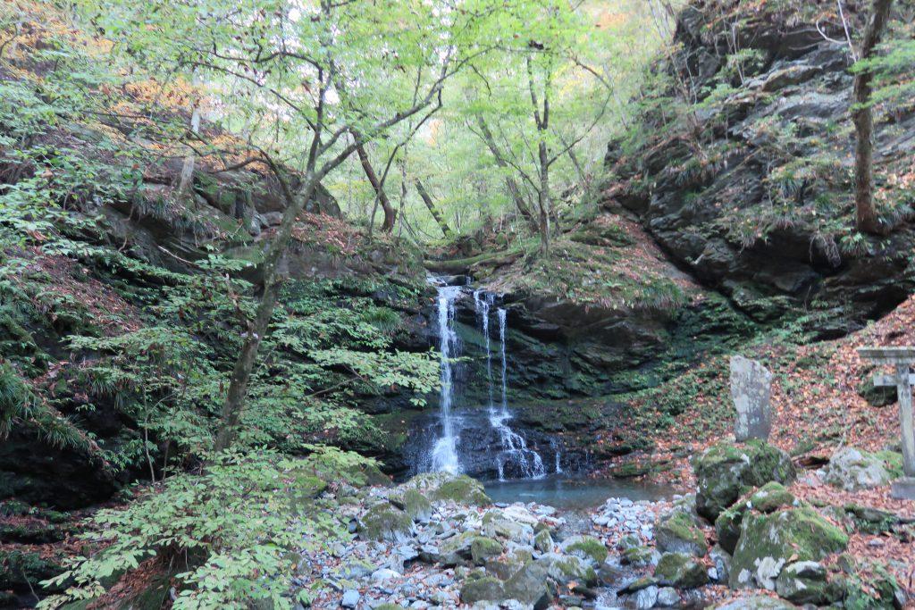 三峰神社への道のりに滝が