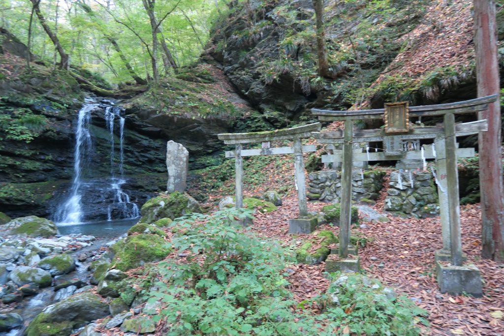 三峰神社への道のり 滝と紅葉の様子