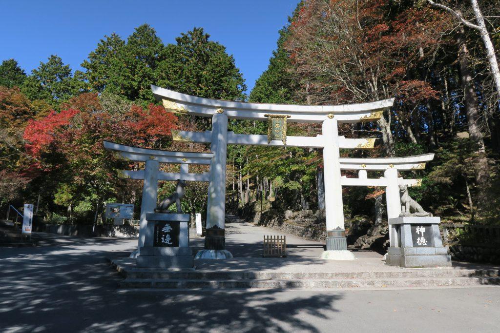 三峰神社の白い鳥居