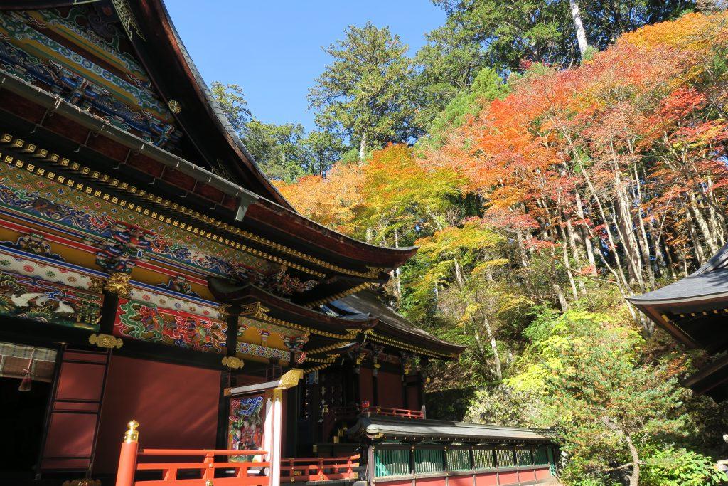 三峰神社と紅葉の様子