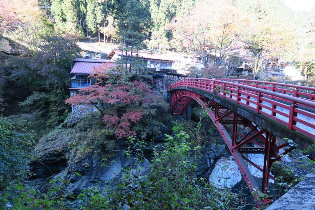 三峰神社への道のり 赤い橋