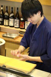 鮨忠の寿司職人 握る様子1