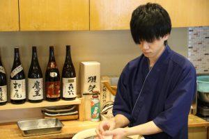 鮨忠の寿司職人 シャリを握る1