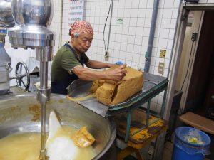 世界商事味噌撹拌の様子 味噌を入れる1