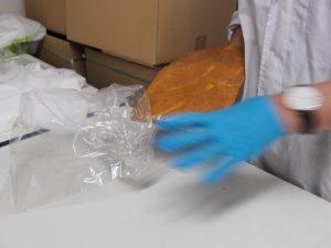 世界商事豚味噌作り 袋詰めの様子2
