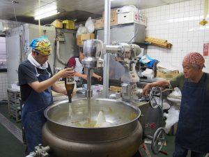 世界商事の味噌撹拌の様子 酒と水を加える