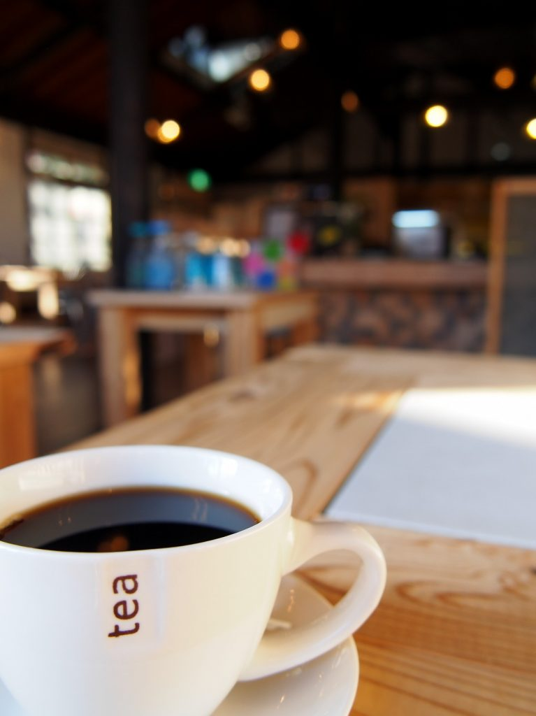 村カフェ店内でホットコーヒー