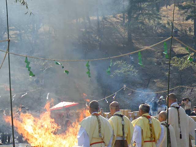 長瀞火祭り 火渡り荒行