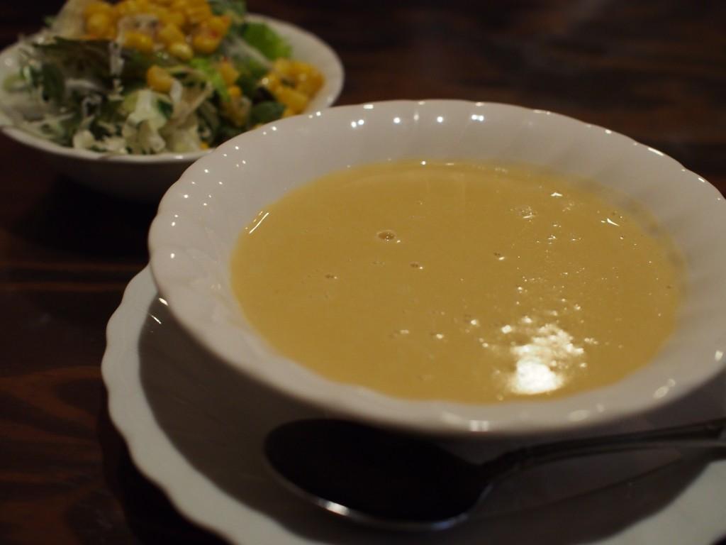 えるかのコーンスープとサラダ