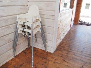 メープルベースの小さなお子様用の椅子