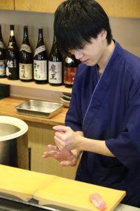 鮨忠の寿司職人 握る様子2