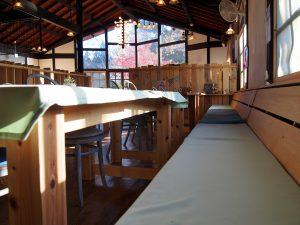 村カフェ テーブル席のベンチ型の椅子