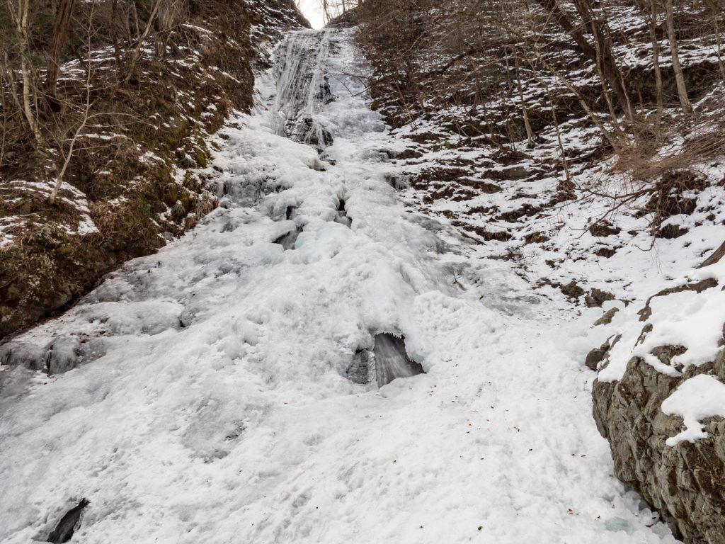 丸神の滝 氷結の様子